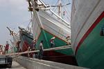 Im alten Hafen Sunda Kelapa in Jakarta wird eine Prau beladen.