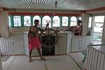 Kapitän auf der Schiffsbrücke einer Prau