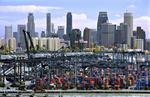 Hafen mit Containerterminals vor dem Finanzdistrikt von Singapur