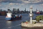 Radarturm und Feederschiff mit der Skyline von Hamburg