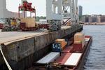 Spezialcontainer werden aus einer Schute am Container Terminal Tollerort verladen