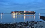 havariertes Containerschiff CSCL INDIAN OCEAN in der Unterelbe mit Schleppern abends