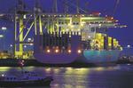 Containerschiff OOCL SINGAPORE am HHLA Container Terminal Burchardkai Hafen Hamburg zur Blauen Stunde