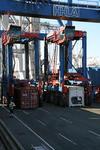Van-Carrier (Straddle-Carrier, Portalhubwagen) verladen Container am HHLA Container Terminal Burchardkai Hafen Hamburg