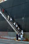 Lascher in Kaohsiung (Taiwan) eilen die Gangway hinauf, Port of Kaohsiung (Taiwan)