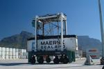 Vancarrier (Straddle-Carrier, Portalhubwagen) im Port of Cape Town vor dem Tafelberg von Kapstadt, Südafrika