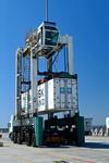 Vancarrier (Straddle-Carrier, Portalhubwagen) im Port of Cape Town, Kapstadt, Südafrika