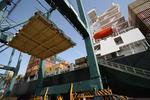Lukendeckel werden im Port of Las Palmas, Las Palmas Puerto de La Luz Gran Canaria, abgehoben