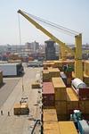 Containerumschlag mit bordeigenem Ladegeschirr (Kräne, Kran) im Port of Callao, Puerto del Callao Lima, Peru
