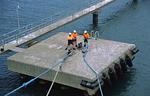 Hafenarbeiter im Port of Newcastle (Australien) lösen die Schiffstaue