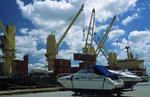 Yachten und Container werden aus dem Mehrzweckfrachter (Multipurpose-Frachter, multi-purpose-ship) in Brisbane entladen