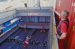 Stauer in Hamburg gibt Anweisungen zum Entladen der Rohre aus dem Mehrzweckfrachter (Multipurpose-Frachter, multi-purpose-ship)