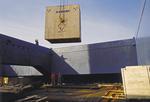 Stückgut in maßgetischlerten Kisten wird am Wallmann Terminal Hamburg in Schwergutfrachter verladen