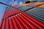 Container sind an Bord gestapelt und mit Laschstangen gesichert