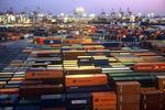 Containerlager (container storage, container depot) mit Van Carrier (Straddle Carrier, Portalhubwagen) in Hamburg abends