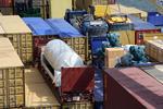 Spezialcontainer, Container-Plattform (Plattformcontainer) mit Stückgut an Bord eines Containerschiffs