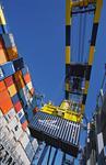 Container am Ausleger der Containerbrücke wird in die Luke des Containerschiffs verladen im Port of Long Beach LA, U.S.A.