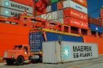 Stauer befestigt Container an dem bordeigenen Kran im Port of Rio Grande, Porto do Rio Grande do Sul, Brasilien