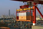 Containerplattform mit Stückgut wird vor der Kulisse von Kaohsiung verladen im Port of Kaohsiung, Taiwan