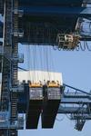 Zwei Container werden gleichzeitig aufgenommen am Container Terminal im Port of Chiwan, China