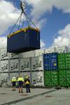 Container werden in Brisbane mit dem landseitigen Kran verladen, Port of Brisbane, Australien