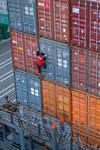 Lascher in Pusan klettert an der Containerwand der Container an Bord des Containerschiffs, Port of Busan, Südkorea