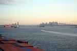 Hafeneinfahrt New York mit Upper New York Bay und Manhattan morgens vom Containerschiff aus