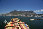 Hafeneinfahrt Kapstadt (Port of Cape Town) mit Tafelberg von einem Containerschiff aus
