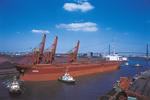 Massengutfrachter (Bulker, Bulk Carrier) AURIGA mit Schlepper am Hansaport Hamburg