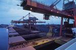 Löschen des Erzfrachters (Massengutfrachter, Bulker, Bulk Carrier) am  Hansaport Hamburg-Altenwerder