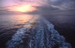 Hecksee (Fahrwasser, Kielwasser, Heckwelle) bei Sonnenuntergang