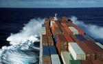 Vorschiff des Containerschiffs mit Bugwelle (Bugschwell) im Atlantik im Sturm