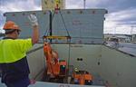 Stauer gibt Anweisungen zum Verladen von Baumaschinen auf dem Mehrzweckfrachter in Brisbane