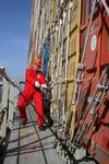 Nachlaschen der Laschstangen zur Sicherung der Container während der Fahrt auf See