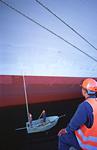 Malerarbeiten an der Bordwand vom Beiboot aus