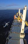 Lotse wird vor Durban vom Hubschrauber auf das freie Deck des Containerschiffs abgeseilt