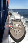 Lotse kommt vor New York Festmacher in seinem Festmacherbootüber die Lotsenleiter an Bord