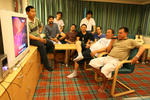 philippinische Seeleute sitzen beim Karaoke um den Fernseher