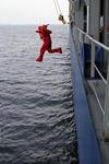 Rettungsanzug wird bei einer Rettungsübung mit Sprung über Bord überprüft, Sicherheitsübung
