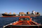 Rettungsboot vor dem Containerschiff bei einer Testfahrt, Sicherheitsübung