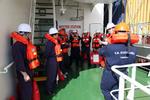 Seeleute werden bei der Sicherheitsübung eingewiesen