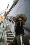 Seemann kommt mit seinem Seesack für 4 Monate an Bord des Containerschiffs