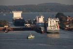 Schleuse Kiel-Holtenau mit OOCL FINLAND, WMS GRONINGEN, REINBEK und Kanalfähre im Abendlicht, Nord-Ostsee-Kanal