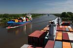 Feederschiff SLEIPNER passiert das Containerschiff im Nord-Ostsee-Kanal (Kiel Canal)