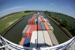 Containerschiff und Nord-Ostsee-Kanal mit dem Fisheye-Objektiv fotografiert