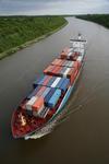Nord-Ostsee-Kanal, NOK, (Kiel Canal) mit Feederschiff