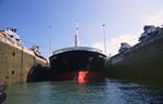 Von den Lokomotiven der Miraflores Schleuse werden die Stahltrossen durch die Panamaklüse in der Mitte des Schiffsbugs gezogen