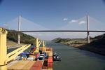 Panamakanal, Containerschiff in der engsten Strecke des Panamakanals, dem Corte Gaillard mit der Puente Centenario (Jahrhundertbrücke)