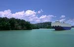 Panamakanal, Panama Canal (Canal de Panama),Autotransporter, Car-Carrier MODERN DRIVE im Gatunsee vor undurchdringlichem Urwald