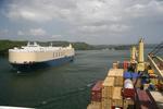 Panamakanal, Panama Canal (Canal de Panama), Containerschiff und Car Carrier im Gatunsee (Gatun Lake, Lago Gatun)